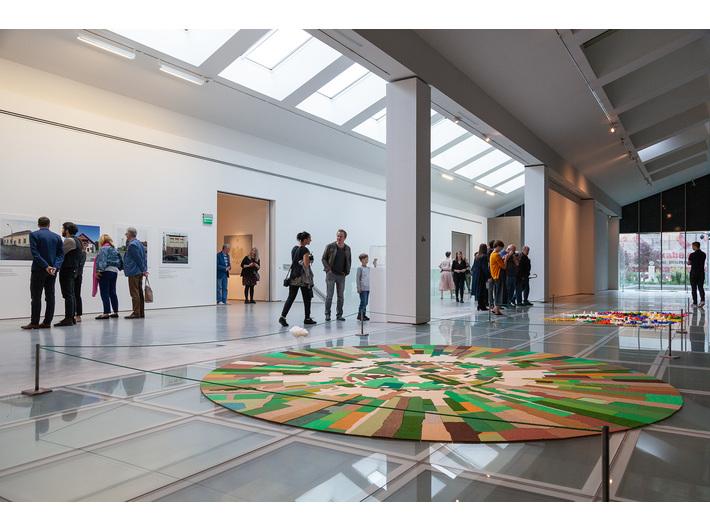 Foreground: Gal Weinstein, //Nahalal (Partly Cloudy)//, 2011, installation, 395 × 395 × 35 cm, courtesy of G. Weinstein, photo: R. Sosin