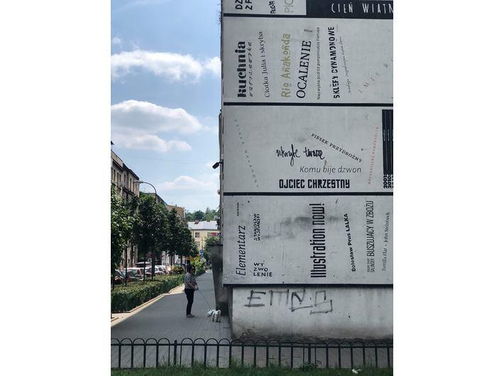 //Typomural//, 2011, ul. Traugutta 3a w Krakowie. Mural powstał w ramach akcji Strefa Wolnego Czytania (kuratorzy: Aleksandra Toborowicz i Artur Wabik).