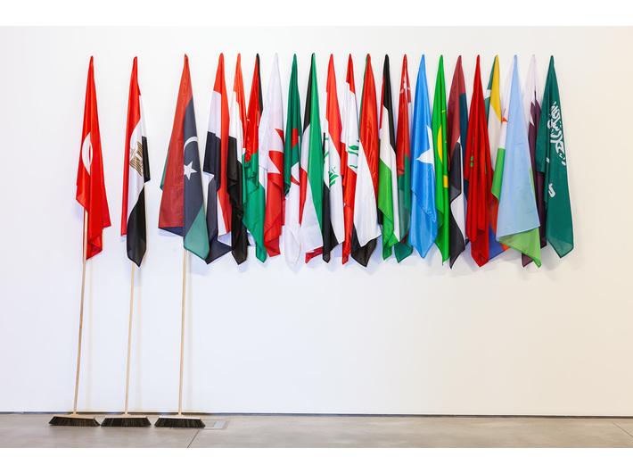 Wystawa //Ojczyzna w sztuce//. Mounir Fatmi, //Stracone wiosny//, 2011, instalacja, 300 × 405 × 40 cm, courtesy M. Fatmi, Art Front Gallery, Tokyo, fot. R. Sosin