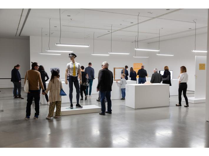 Wystawa //Ojczyzna w sztuce//. Simon Fujiwara, //Szczęśliwe muzeum//, 2016, instalacja, wymiary różne, courtesy S. Fujiwara, fot. R. Sosin