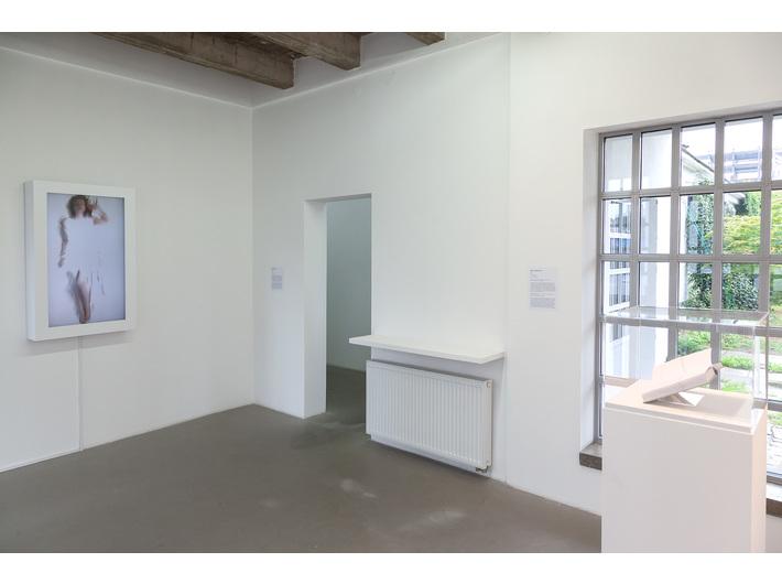 Wystawa //Gra w murach Akademii//. Po lewej: Emilė Skolevičiūtė, //Love Me Tender//, 2018, po prawej: Kęstutis Montvydas, //Idiot//, 2014, fot. R. Sosin