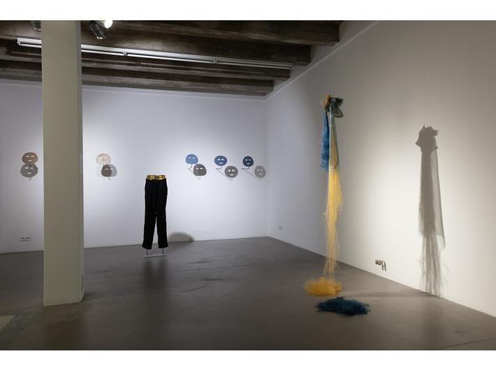 Wystawa //Gra w murach Akademii//. Po lewej: Ona Juciūtė, //Armstrong / Blues//, 2018, po prawej: Elinga Garuolytė, //About the Body//, 2018, fot. R. Sosin