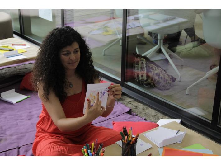 Kholoud Charaf podczas warsztatów //Zabawki, które pomagają// w Bibliotece MOCAK-u, 9.6.2018, fot. P. Kulig