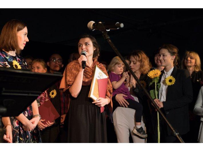 Anna Pyzik z Biblioteki MOCAK-u odbiera nagrodę, fot. materiały prasowe