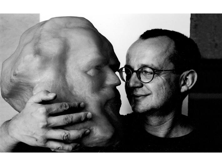 Krzysztof M. Bednarski ze swoją rzeźbą, fot. A. Konik