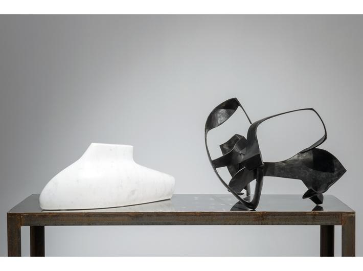 Krzysztof M. Bednarski, //Moby Dick – Bianco//, 2012, marmur karraryjski, 23 × 25 × 57 cm; //Moby Dick – Powierzchnia  całkowita//, 2008, brąz patynowany, 37 × 60 × 57 cm, fot. K. M. Bednarski