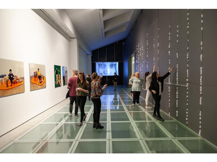 Widok wystawy duetu Muntean/Rosenblum //Ranny, który może chodzić//. Po prawej: //Walking Wounded//, 2018, instalacja, fot. R. Sosin