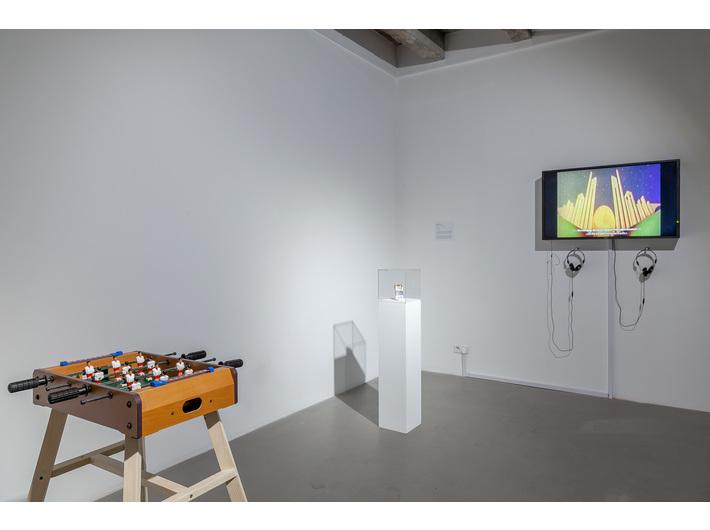 Wystawa //Pracownia Łukasza Skąpskiego//. Na pierwszym planie: Emilia Turek, //Granie//, 2018, obiekt, 10 × 50,5 × 31,5 cm, courtesy E. Turek, fot. R. Sosin