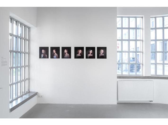 Wystawa //Pracownia Łukasza Skąpskiego//. Na pierwszym planie: Kamil Macioł, //almost_a_princess//, 2018, fotografia, courtesy K. Macioł, fot. R. Sosin