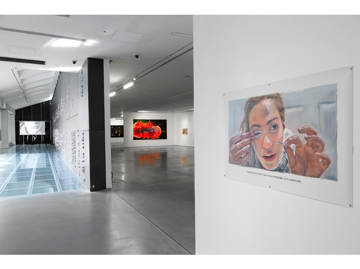 Wystawa //Ranny, który może chodzić//, na pierwszym planie: bez tytułu [Niebo to płótno...], 2018, olej / płótno, 85 × 126 cm, courtesy Muntean/Rosenblum, Galerie Ron Mandos, Amsterdam, fot. R. Sosin