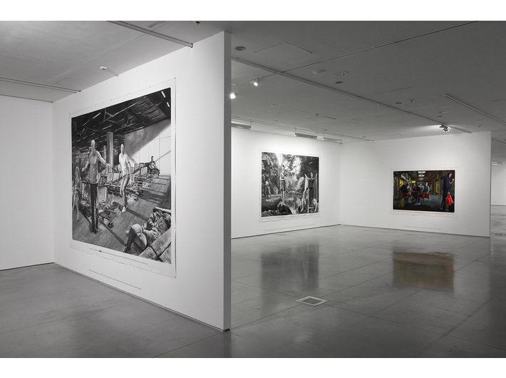 Wystawa //Ranny, który może chodzić//. Na pierwszym planie: bez tytułu [Nie jest nam dane iść za głosem naszych serc...] 2015, kreda, akryl / płótno 285 × 405 cm, fot. R. Sosin