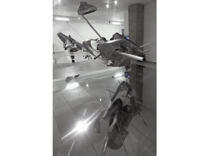 Wystawa //Karol Marks vs Moby Dick. Analiza formy i rozbiórka idei//. Na pierwszym planie: Krzysztof M. Bednarski, //Moby Dick – Czwórnia// (wersja wertykalna), 2014, aluminium, 450 × 200 × 166 cm, courtesy of K.M. Bednarski , fot. R. Sosin