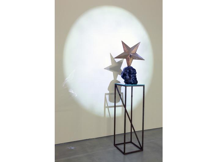 Widok wystawy, na zdjęciu: Krzysztof M. Bednarski, //Marks – Profeta//, 2010, brąz polerowany i patynowany,79 × 56,5 × 33 cm, courtesy of K.M. Bednarski, fot. R. Sosin