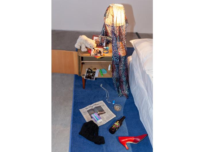 Widok wystawy //Zbrodnia?//, na zdjęciu: Mac Adams, //Powrót do domu//, 1976, instalacja, wymiary różne, courtesy gb agency, © M. Adams, fot. R. Sosin