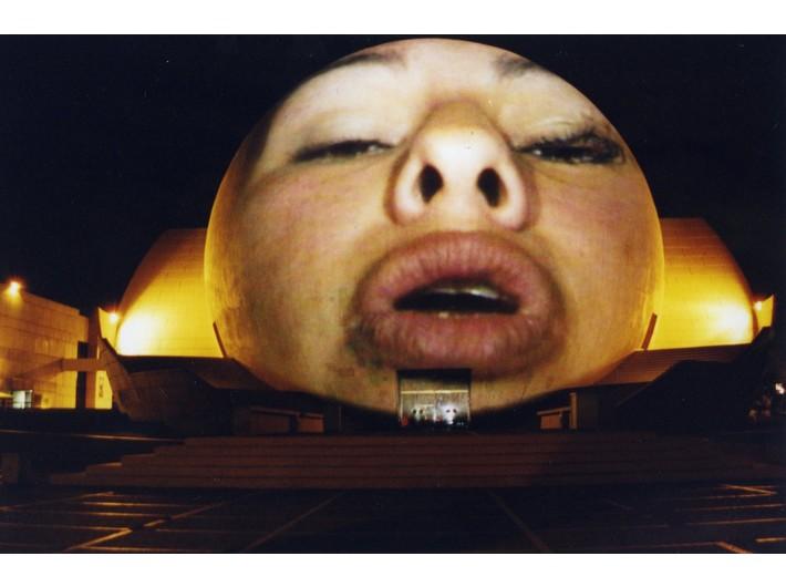 Krzysztof Wodiczko, projekcja w Tijuanie, El Centro Cultural, Tijuana, 2001, Archiwum MOCAK-u