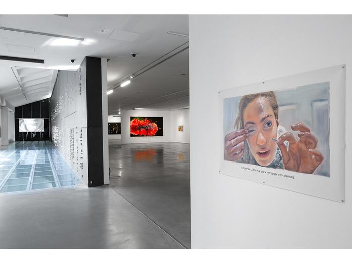 Wystawa //Ranny, który może chodzić//. Po prawej: bez tytułu [Las się rozstępuje...], 2018 olej / płótno, 270 × 430 cm, courtesy Muntean/Rosenblum, Galerie Ron Mandos, Amsterdam, fot. R. Sosin
