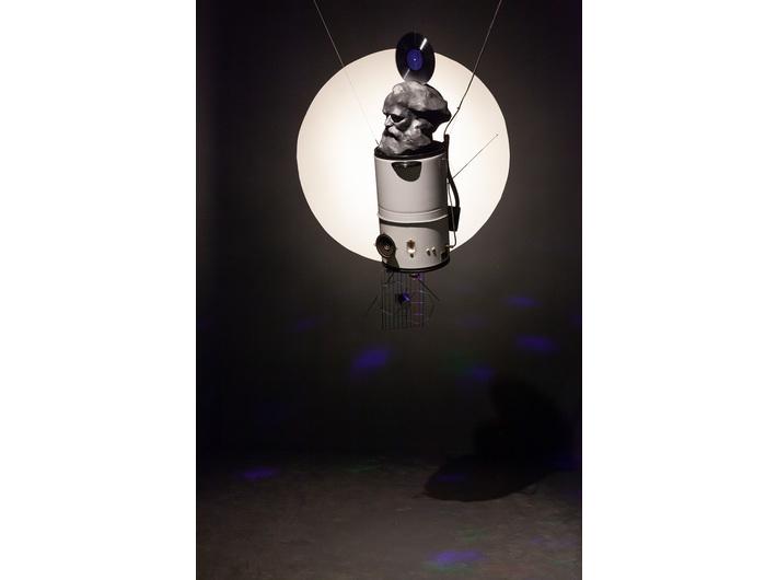 Wystawa //Karol Marks vs Moby Dick. Analiza formy i rozbiórka idei//. Na zdjęciu: Krzysztof M. Bednarski, //Marks sputnik//, 1981/2018, asamblaż, 151 × 39 × 40 cm, courtesy of K.M. Bednarski, fot. R. Sosin