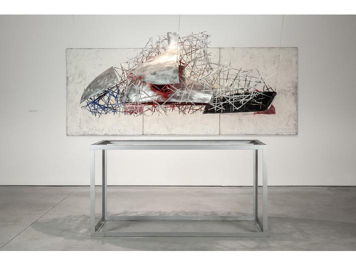 Wystawa //Karol Marks vs Moby Dick. Analiza formy i rozbiórka idei//. Na pierwszym planie: Krzysztof M. Bednarski, //Neo-Moby Dick//, 2014, aluminium, 240 × 90 × 100 cm, courtesy of K.M. Bednarski, w tle: Krzysztof M. Bednarski, //Moby Dick//, 1997, technika mieszana / płótno, 150 × 390 cm, courtesy of K.M. Bednarski, fot. R. Sosin