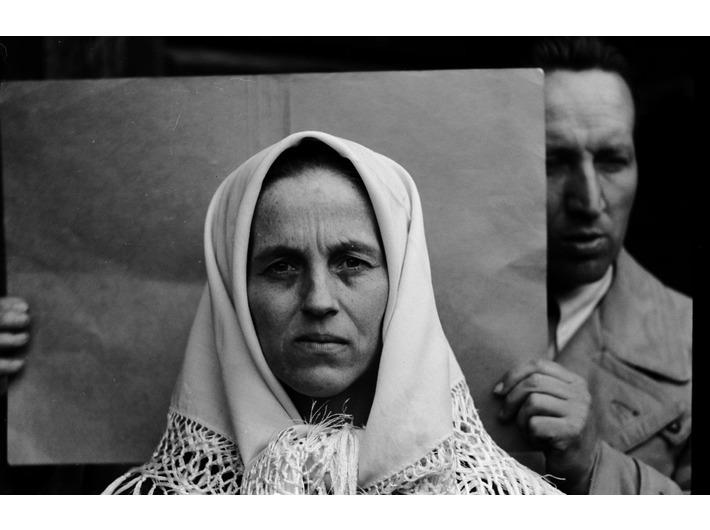 A woman, behind an IDO researcher, Nowa Wieś, Krynica, Nowy Sącz county, General Government, 1940, Sektion Rassen- und Volkstumsforschung IDO, Jagiellonian University Archives
