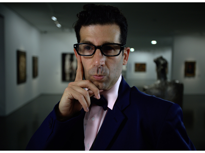 Shahar Marcus, //Kurator//, 2011, video, 4 min 25 s, Kolekcja MOCAK-u