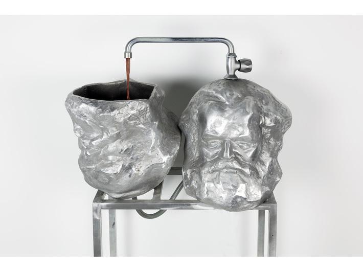 """Krzysztof M. Bednarski, //Czytanie """"Kapitału""""//, 2014, instalacja, 130 × 160 × 35 cm, Kolekcja MOCAK-u"""