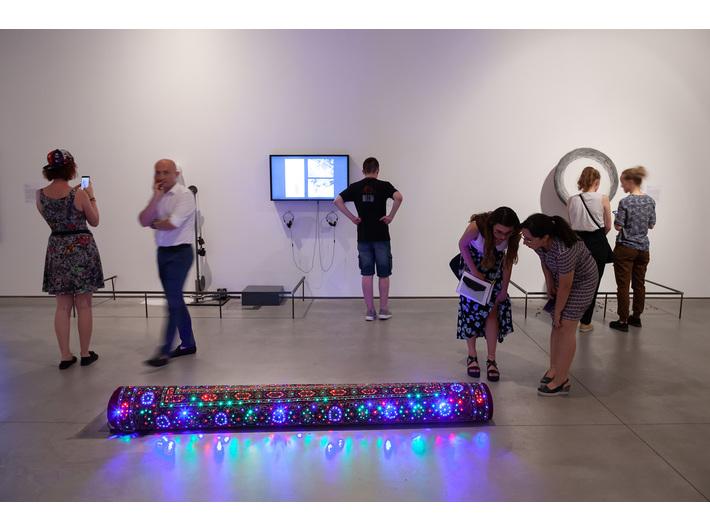 Widok wystawy //Ruch jako materia sztuki//. Na pierwszym planie: Marek Kvetán, //Dywan//, 2008, obiekt, 235 × ø 23 cm. W tle prace, których autorami są Evelyn Loschy, Walid Siti, fot. R. Sosin