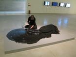 Oczyszczanie pracy Krištofa Kintery //All My Bad Thoughts// (z kolekcji MOCAK-u) w ramach codziennej opieki konserwatorskiej nad ekspozycją, 2011, dokumentacja MOCAK-u1