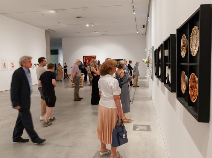 Widok wystawy //Design symboliczny// (Kolekcja MOCAK-u). Na pierwszym planie: Zbigniew Warpechowski, z serii //Talerzowanie//, 1991, obiekt, 74 × 73,6 × 6,3 cm, fot. R. Sosin