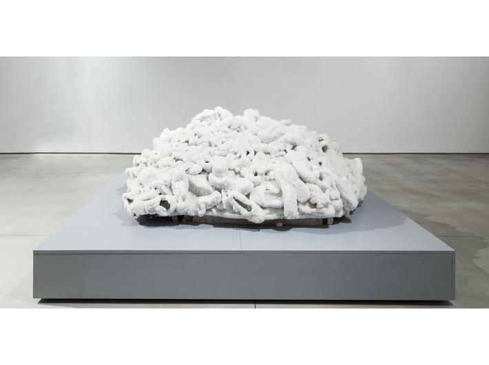 Sigalit Landau, //Wyspa butów//, 2015, rzeźba, 80 × 200 × 200 cm, Kolekcja MOCAK-u