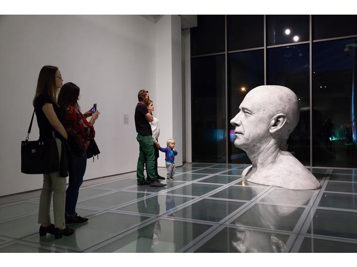 Wystawa Guido Casaretto //Duchy materii.// Widoczna praca //Czy niesympatyczni ludzie wyglądają podobnie? IV// , 2019, courtesy Adamovskiy Foundation, fot.  R. Sosin