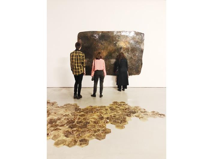 Wystawa Guido Casaretto //Duchy materii//. Na pierwszym planie //Argilla//, 2019; bez tytułu I, 2017, courtesy Zilberman Gallery. Fot. Dział Promocji (MOCAK)