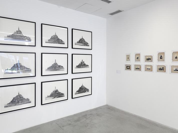 Wystawa Shinji Ogawa //Wchodzę w każdą rzeczywistość.// Widoczne prace artysty: //Mora 1–9//, 2005–2006, ołówek, olej / papier, 56 × 76 cm każda, courtesy S. Ogawa oraz //Czytanie//, 2008, technika mieszana, 29,7 × 21 cm każda, Kolekcja MOCAK-u. Fot. R. Sosin