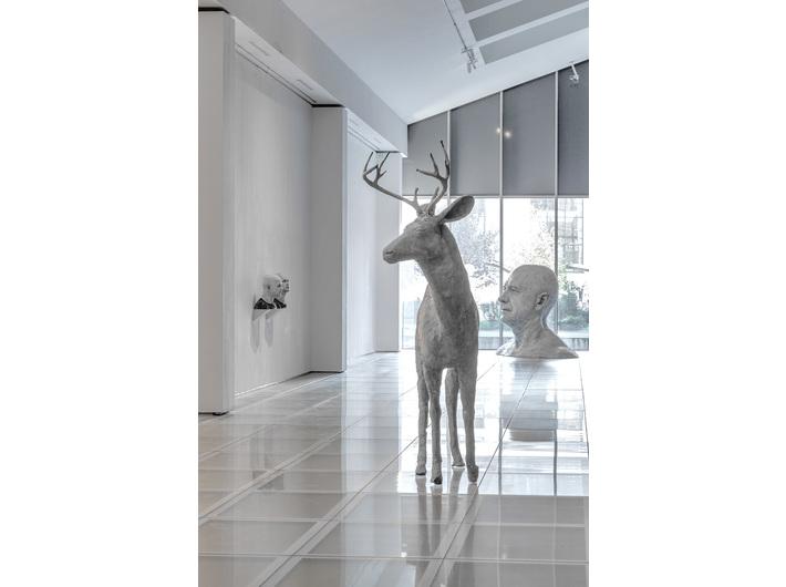 Wystawa Guido Casaretto //Duchy materii//. Widoczne prace artysty: //Filar I//, 2014, beton, 240 × 210 × 80 cm, courtesy Füsun & Lütfi Aygüler oraz //Czy niesympatyczni ludzie wyglądają podobnie? IV//, 2019, grafit, węgiel / żywica, 193 × 230 × 150 cm, courtesy Adamovskiy Foundation oraz // Michael-4 /Roman Centurion texture, David-3 / Street Vendor2 texture//, 2015, Kolekcja MOCAK-u. Fot. R. Sosin