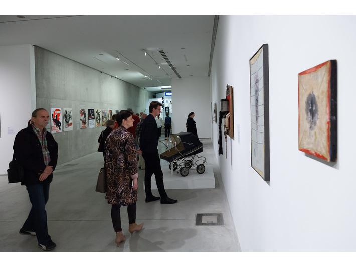Wystawa //II wojna światowa – dramat, symbol, trauma//. Na pierwszym planie prace autorstwa Zbigniewa Grzybowskiego, 1969–1972, courtesy Galeria Dyląg. Fot. R. Sosin