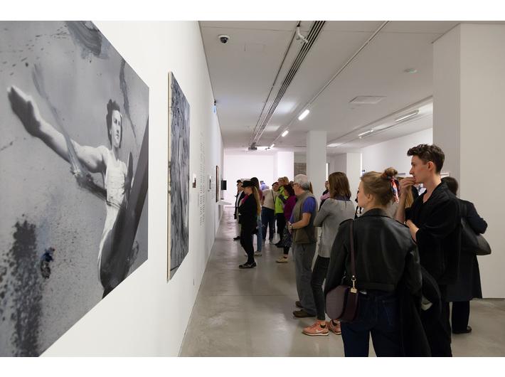 Wystawa //II wojna światowa – dramat, symbol, trauma//. Na pierwszym planie: Witold Stelmachniewicz, bez tytułu [wg Riefenstahl], 2009–2016, olej / płótno, 90 × 120 ×2,5 cm, Kolekcja MOCAK-u. Fot. R. Sosin