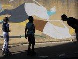 Mikołaj Rejs podczas warsztatów //Drogi do wolności// - malowanie muralu na Zabłociu, sierpień 2011, fot. Elżbieta Sala1