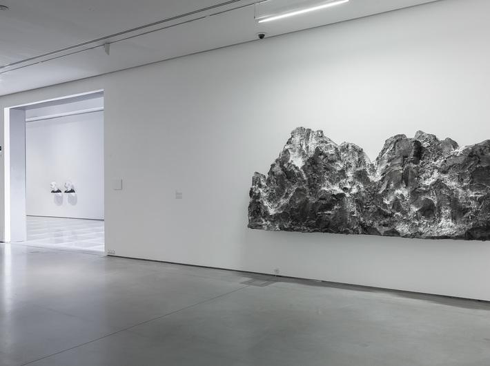 Wystawa Guido Casaretto //Duchy materii//. Widoczna praca artysty: //Monte Grigio//, 2017, olej, akryl / płótno, courtesy Banu & Hakan Çarmıklı. Fot. R. Sosin