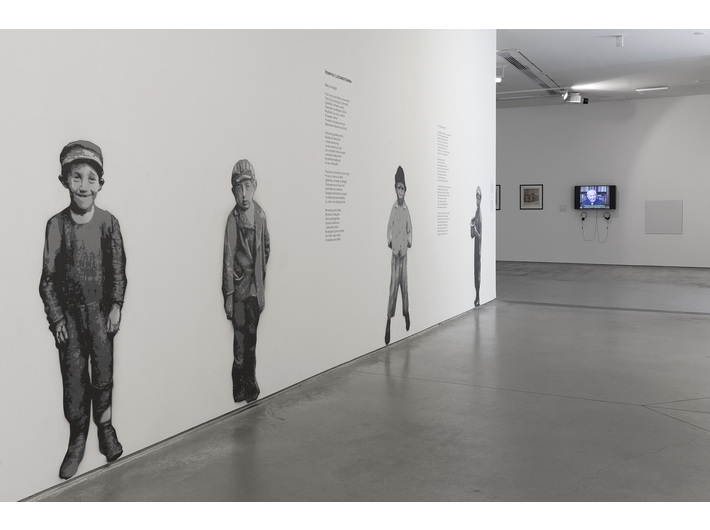 Wystawa //II wojna światowa – dramat, symbol, trauma//. Po lewej prace autorstwa Piotra Saula, //Dzieci Bałut – murale pamięci//, 2016/2019, murale, courtesy P. Saul, fot. R. Sosin