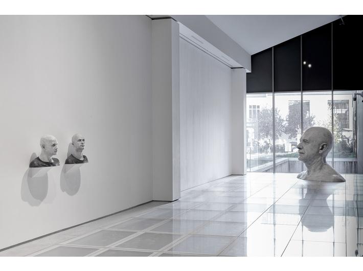 Wystawa Gudia Casaretta //Duchy materii//. od lewej //Michael-4 / tekstura rzymskiego centuriona, David-3 / tekstura sprzedawcy ulicznego2//, 2015, grafit, węgiel / żywica, Kolekcja MOCAK-u, //Czy niesympatyczni ludzie wyglądają podobnie? IV, 2019, grafit, węgiel / żywica, 193 × 230 × 150 cm, Fot. R. Sosin