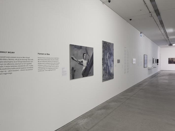 //World War II – Drama, Symbol, Trauma// exhibition, Witold Stelmachniewicz, untitled [after Riefenstahl], 2009–2016, oil / canvas, 90 × 120 × 2.5 cm, MOCAK Collection. Photo: R. Sosin