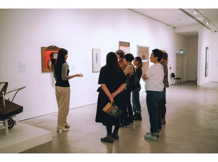 Oprowadzanie po wystawie //II wojna światowa – dramat, symbol, trauma//, fot. Dział Wiedzy o Sztuce, MOCAK
