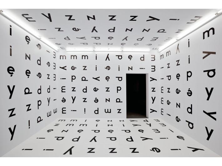 Stanisław Dróżdż, //In–Between//, 1977/2004, installation, 300 x 500 x 450 cm, MOCAK Collection