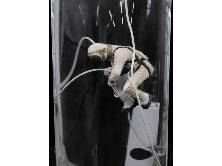 Wojciech Kuszaj, //Kosmonauta//, 2020, obiekt, 200 × 40 × 40 cm (fragment), courtesy W. Kuszaj, fot. W. Kuszaj