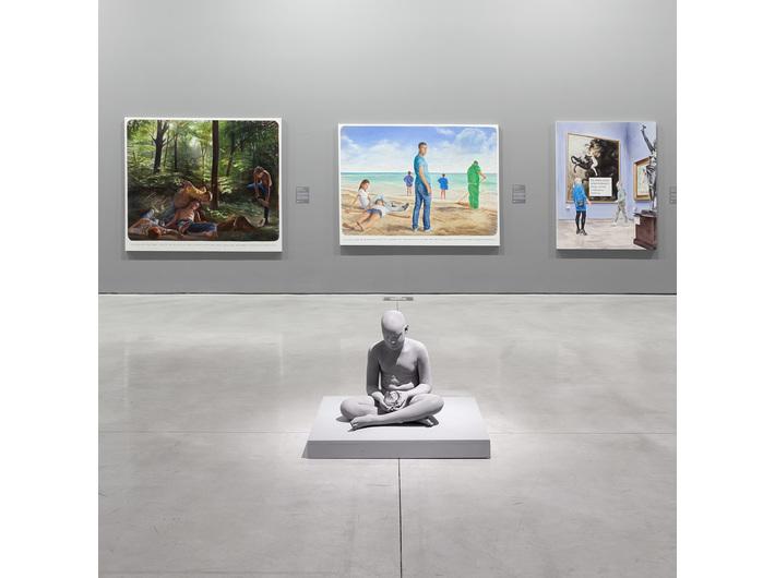 Widok z wystawy //Współczesne modele realizmu//, na pierwszym planie widoczna rzeźna Hansa Op de Beecka //Brian//, 2018, Kolekcja MOCAK-u, fot. R. Sosin
