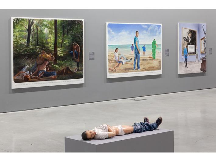 Widok z wystawy //Współczesne modele realizmu//, na pierwszym planie: Reza Aramesh, //Akcja 135: 8 maja 1945, 9.03, Setif, Algieria//, 2014, rzeźba, Kolekcja MOCAK–u