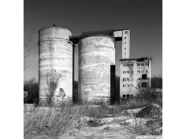 """Wojciech Wilczyk, //Kraków, Zakłady Chemiczne """"Bonarka""""//, z cyklu //Postindustrial//, 2004, fotografia, 60 × 60 cm, Kolekcja MOCAK-u"""