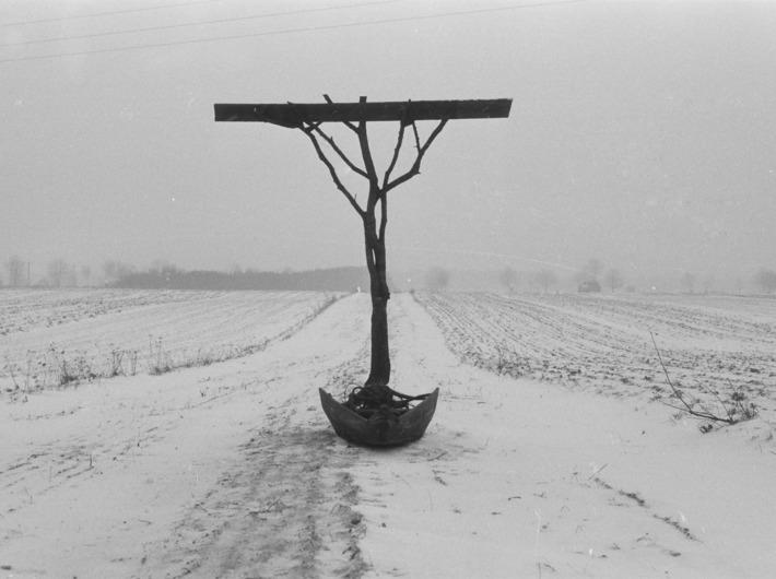 //Thanatos polski// sfotografowany w miejscu powstania, 1984, własność Muzeum Narodowego we Wrocławiu, fot. K.M. Bednarski