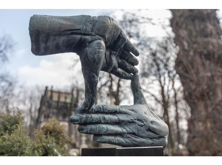 Rzeźba na nagrobku Krzysztofa Kieślowskiego, 1997, brąz patynowany, Stare Powązki, Warszawa, fot. R. Sosin