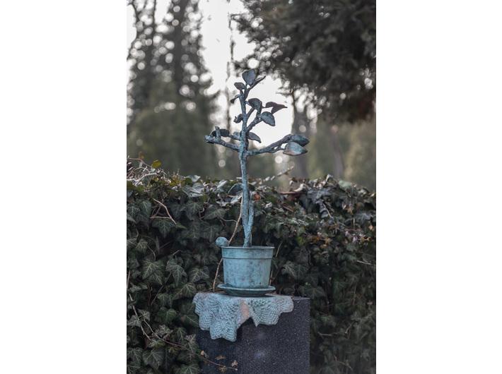 Rzeźba na grobie rodzinnym Bednarskich, 2007, brąz patynowany, Powązki Wojskowe, Warszawa, fot. R. Sosin