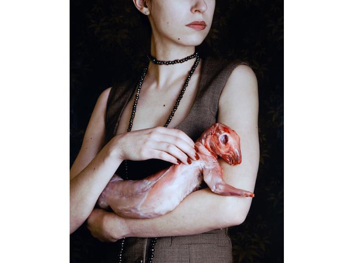 Carina Linge, //Dama z królikiem (Dame mit Kaninchen)//, 2008, fotografia, 122 × 100 cm, Kolekcja MOCAK-u